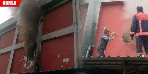 Mobilya fabrikasında yangın paniği! 2 işçi dumandan zehirlendi
