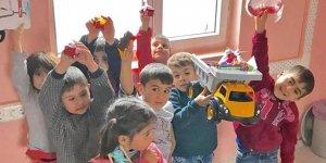 Köy çocuklarını sevindirdi
