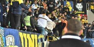Fenerbahçe tribününde bıçaklı kavga!
