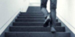 Asansör bozulunca merdivenlerden çıkmak istedi! Hayatını kaybetti