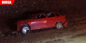 El freni çekilmeyen otomobil uçuruma devrildi: Yaralılar var