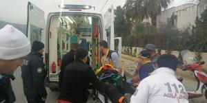 Başını kaldırıma çarpan kasksız sürücüsü ağır yaralandı