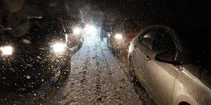 Kar esareti! Araçlar yolda kaldı