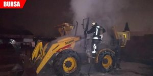 Park halindeki iş makinesi yandı
