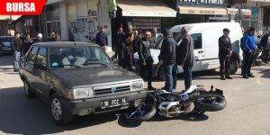 Motosiklet ile resmi plakalı otomobil çarpıştı