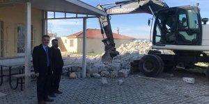 Demirleri çürüyen caminin minaresi yıkıldı