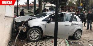 Jandarmadan kaçarken önce polis aracına, ardından duvara çarptı