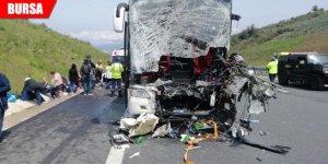 Yolcu otobüsü TIR'a çarptı: 2 ölü, 20'den fazla yaralı