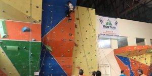 Öğrenciler düz duvara tırmandı