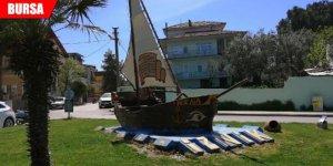 İlçenin simgesi tekne tahrip edildi, çapaları çalındı