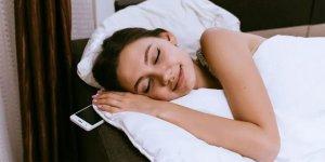 'Yastık altında cep telefonuyla uyunmamalı'