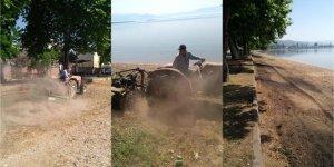 Muhtar kendi traktörüyle sahili temizledi