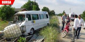 Bursa'da minibüs su deposuna çarptı: 4 yaralı