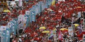 Hong Kong'da yüzbinler sokakta
