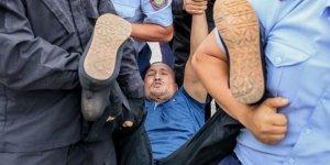 Kazak polisigöz açtırmıyor