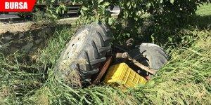 Traktör su kanalına devrildi, baba ve 2 oğlu yaralandı