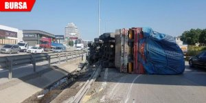 TIR devrildi, karayolu trafiğe kapandı