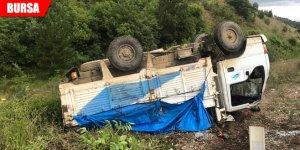 Karpuz yüklü kamyon devrildi: 2 yaralı