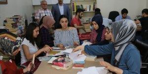 Yıpranan kitaplar üniversiteli gençlerin elinde yenileniyor