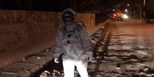 Hindistan sokaklarındabir 'astronot'