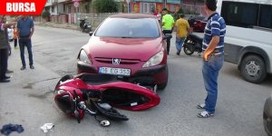 Motosikletiyle otomobilin altına girdi