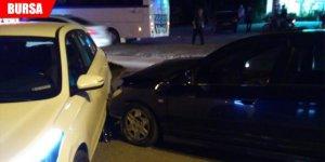 İki otomobile çarparak durabildi: 1 yaralı