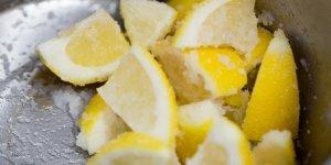 Limonu tuzlayıp topuğunuza ve ayağınıza sürerseniz...