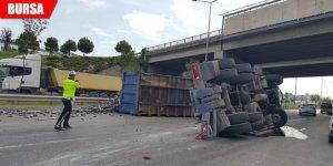 Devrilen kamyon trafiği aksattı