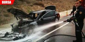Seyir halindeki lüks araç küle döndü