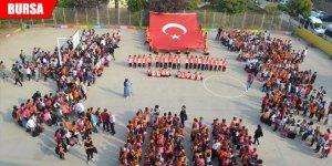 750 öğrenci aynı anda Mehmetçiğe selam gönderdi
