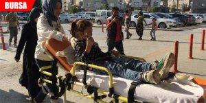 Kazada yaralanan küçük kız, elindeki çikolatayı bırakmadı