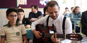 Bestekar öğretmen albümünün geliriyle okulda müzik atölyesi kurdu