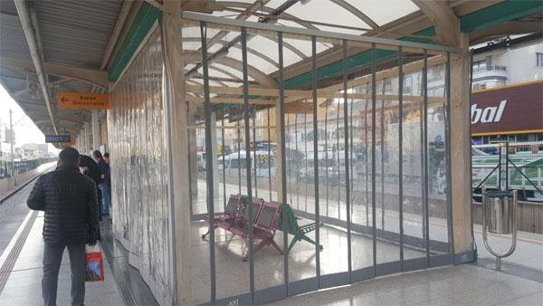 1.-yazi-icin-bursaray-istasyonlari-bekleme-yeri-seffaf-oda.jpg