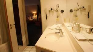 141008125952_hotel_bath_304x171_bbc_nocredit.jpg