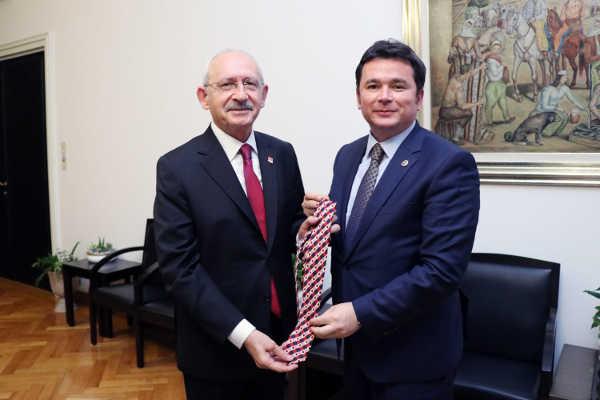 2.-yazi-icin-chp-genel-baskani-kemayl-kilicdaroiglu-kravatini-cok-begenen-bursa-milletvekili-erkan-aydina-armagan-etti.jpg.jpg