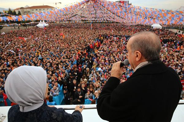 2.-yazi-icin-cumhurbaskani-recep-tayyip-erdogan-ve-emine-erdogan-hastane-alani-miting.jpg