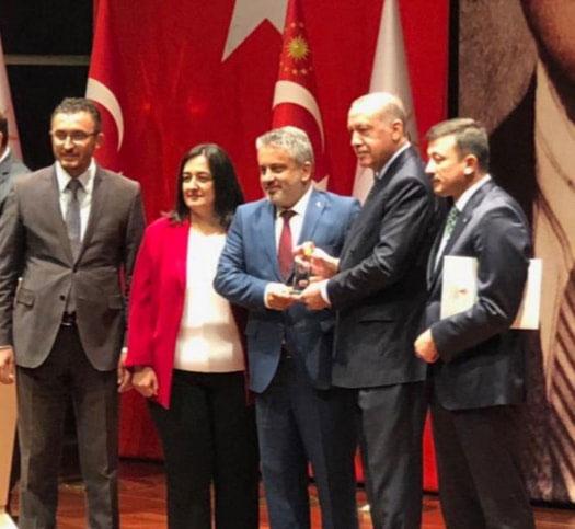 4.-yazi-icin-cumhurbaskani-recep-tayyip-erdogan-ve-ak-parti-il-baskani-ayhan-salman-turkiye-ikinciligi-odulu.jpg
