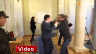 Ukrayna'da vekiller yumruk yumruğa kavga etti