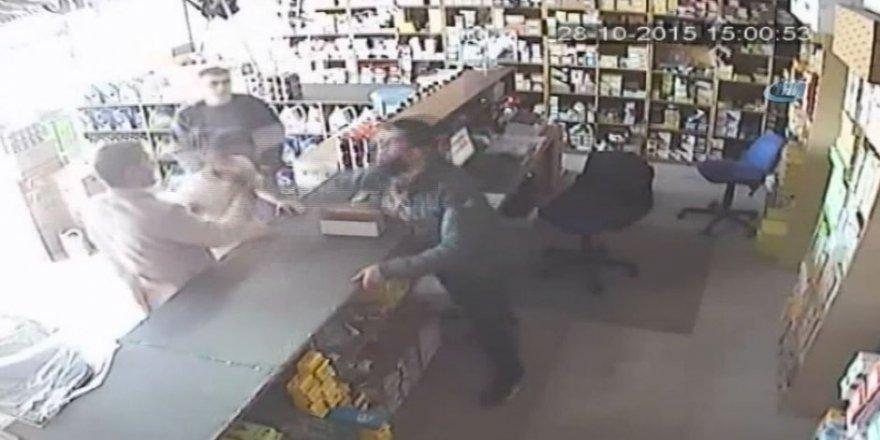 Dükkan sahibinin müşteriye tokat atma anı kamerada