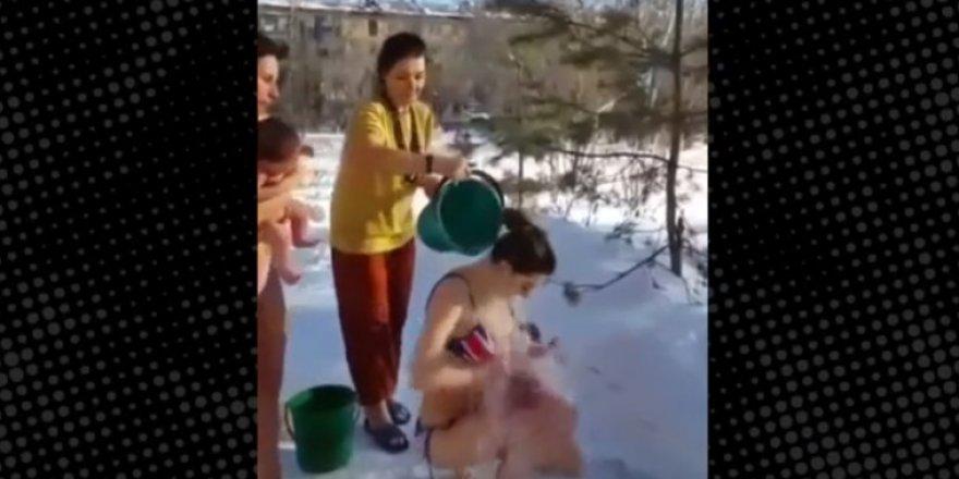 Karlı havada bebeklerini soyup buz gibi suyla yıkadılar