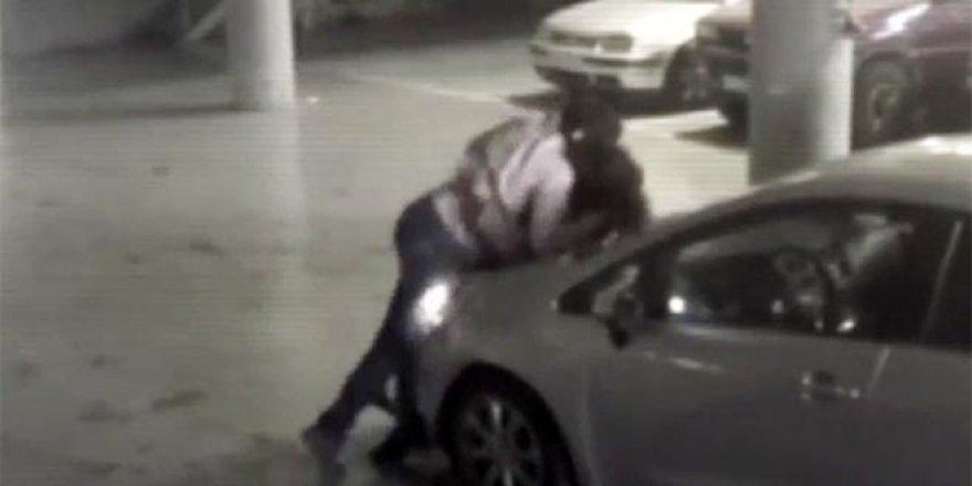 Otoparkta kavgaya tutuşan iki sürücü, bir anda öpüşmeye başladı