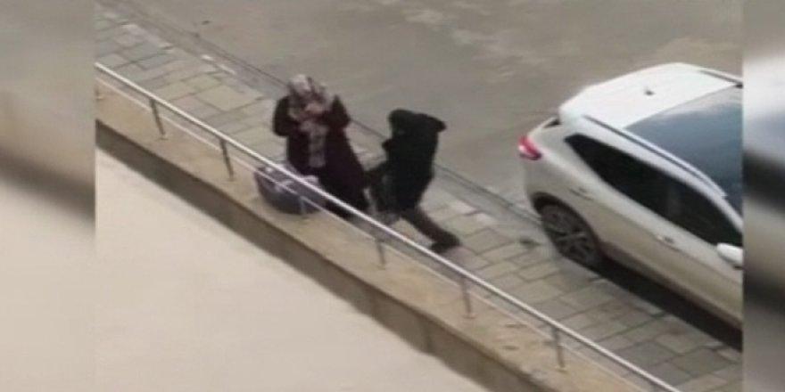 Sokak ortasında eşini tekmeledi