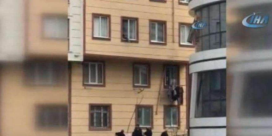 Camdan düşen çocuğu vatandaşlar kurtardı