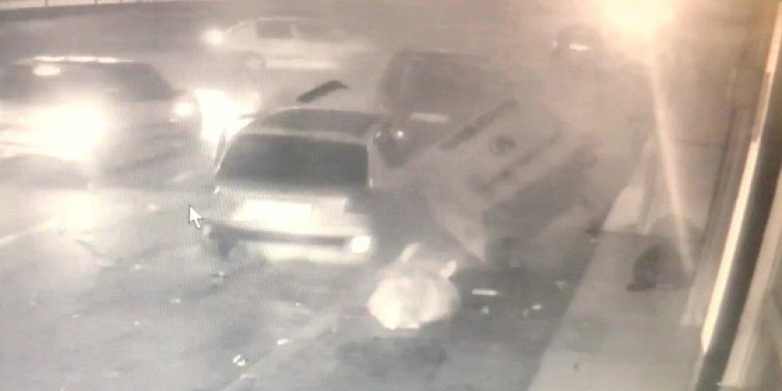 Kontrolden çıkan otomobil caddede yürüyen yayaya ve 3 araca çarptı