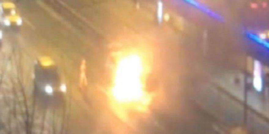 E-5'te metrobüs durağı önünde araç alev alev yandı