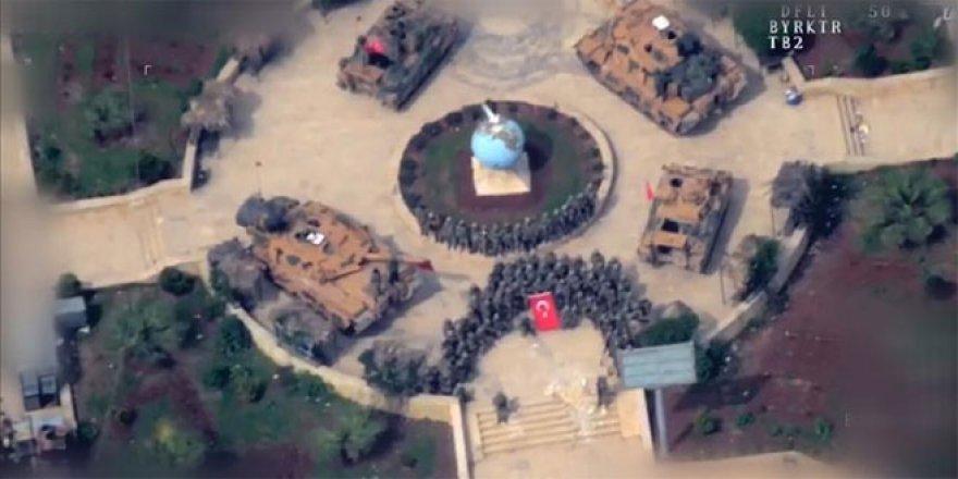 Afrin'de Mehmetçik hilal oluşturarak zaferi kutladı