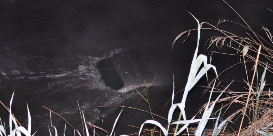 Nehre düşen otomobilin üzerine çıkarak kurtarılmayı bekledi