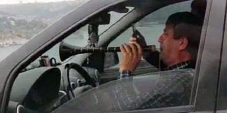 Trafikte skandal görüntü! Direksiyon başında böyle zurna çaldı