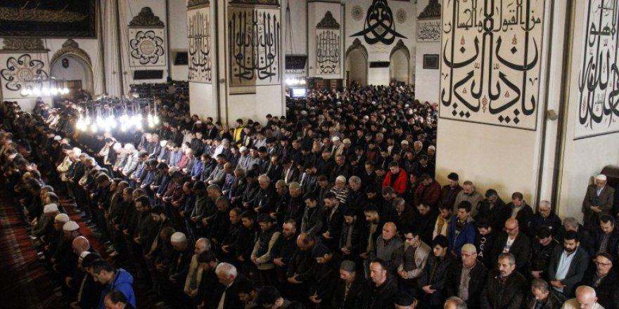 Ramazanın son cumasında Ulu Cami doldu taştı