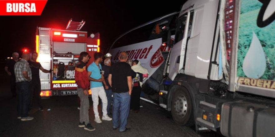 Otobanda arıza yapan yolcu otobüsüne TIR arkadan çarptı: 2 ölü